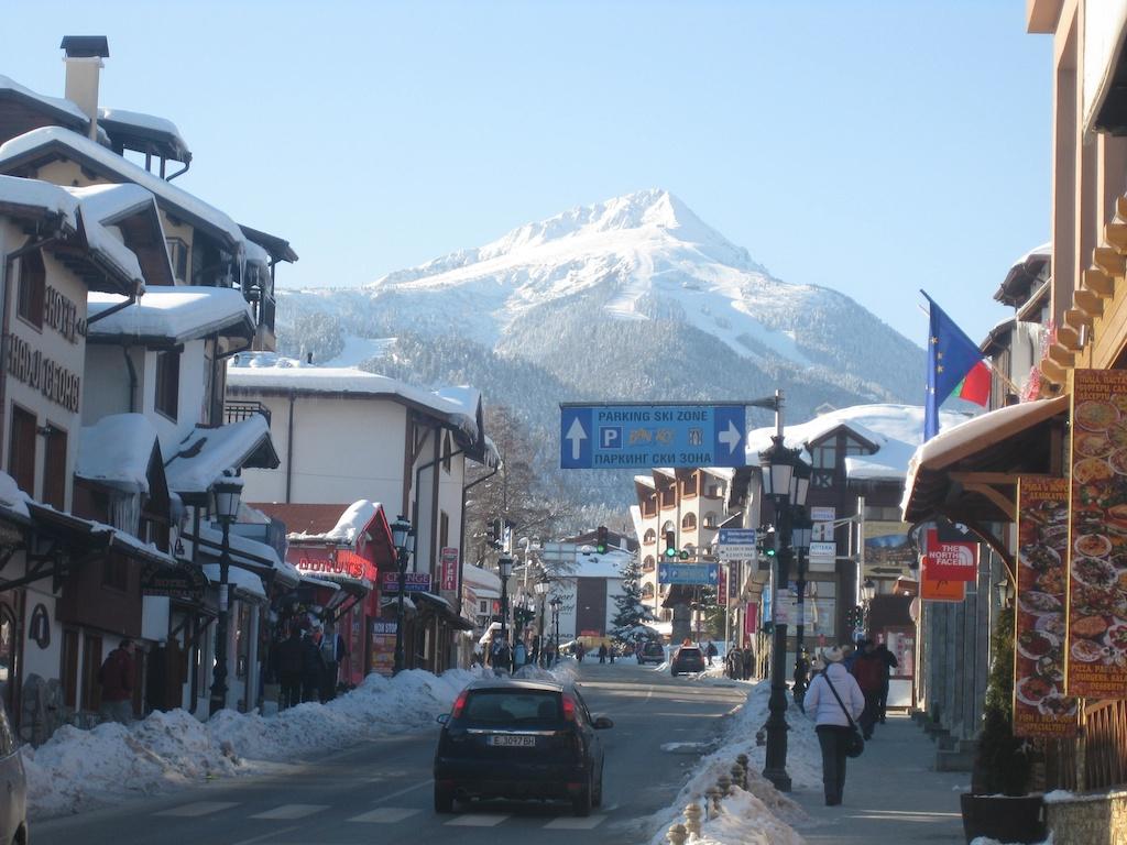 Skidorp Bansko met uitzicht op de pistes